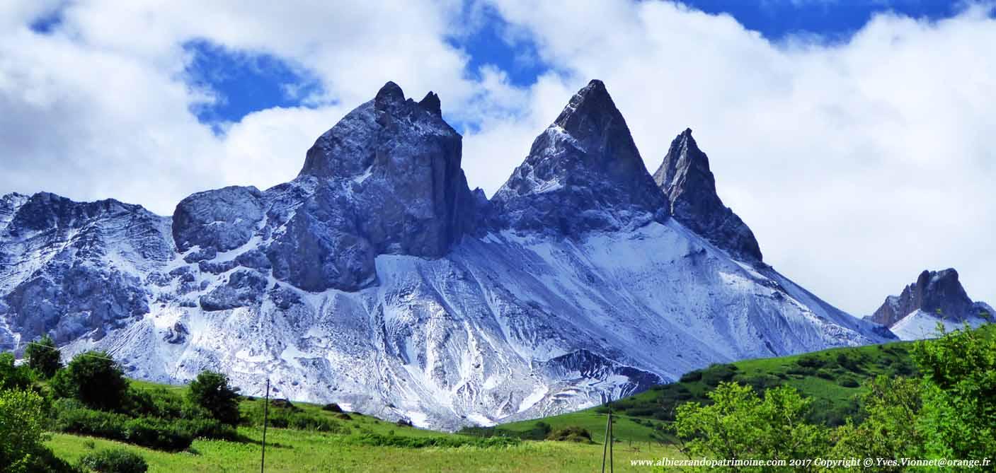 Les Aiguilles d'Arves sont saupoudrées de neige