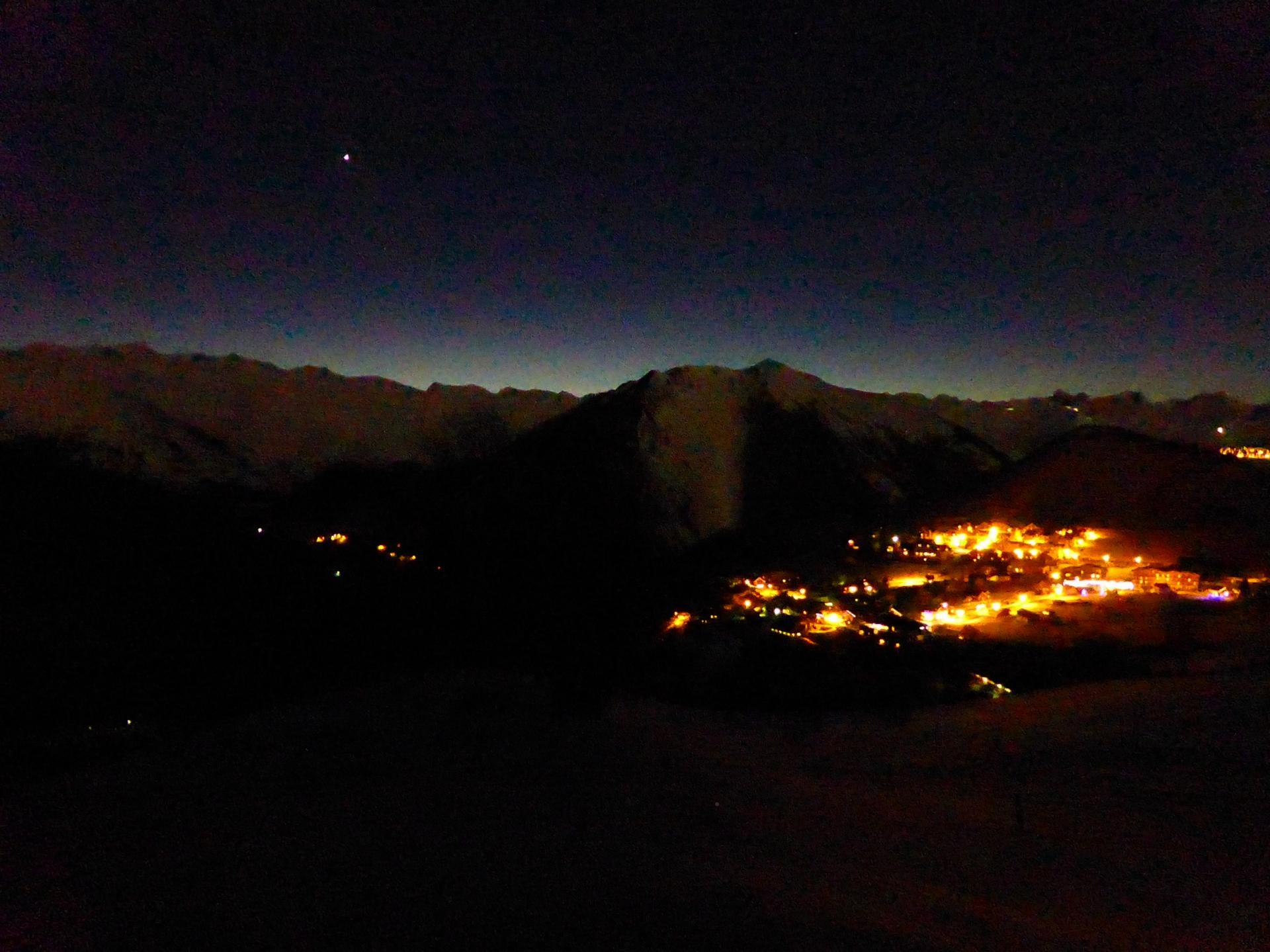 La vallée de l'Arvan de nuit avant le départ du chalet d'alpage